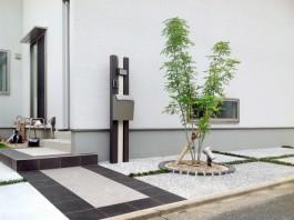 福岡県宗像市の白と黒のタイルでデザインしたおしゃれな玄関アプローチ。
