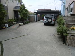 土だった駐車場にコンクリートを打つ前。自然素材でおしゃれな模様を作る前。
