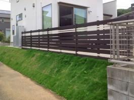 福岡県宗像市の白と黒のタイルでデザインしたおしゃれな木目調のフェンス。
