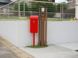 福岡県糸島市の外構です。ポールを並べて門柱にしました。赤いポストが可愛いですね。