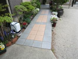 玄関前のアプローチを、滑りやすいタイルから、凹凸のある自然石に張り替える前。