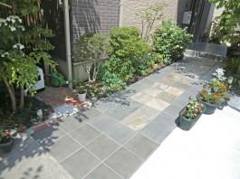 玄関前のアプローチを、滑りやすいタイルから、凹凸のある自然石に張り替えました。