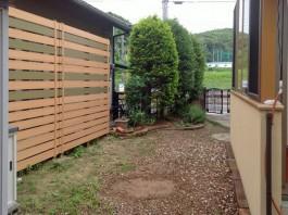 外まわりの人目が気になるところに、木目調のおしゃれな目隠しフェンスを施工しました。