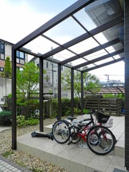 お庭にココマを施工しました。自転車の屋根、お茶を飲むテラスとして活躍しますね。