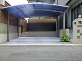 車庫に車2台分のカーポートと目かくし用のフェンスを取り付けました。