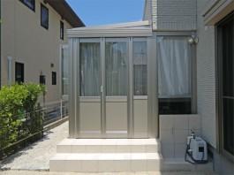 お庭にリクシルのガーデンルーム「暖蘭物語(腰壁タイプ)」を施工しました。