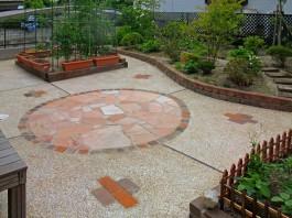 お庭に土を残さず、石、レンガ、砂利の洗い出しで舗装しました。雑草に困りませんね。