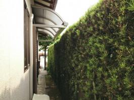 福岡県春日市の現場にて、お庭に柱のないテラス屋根を施工しました。