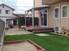 お庭にウッドデッキとテラス屋根を付けて生活空間に!道路からの視線はフェンスでカット。