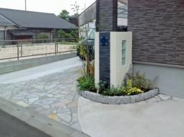 佐賀県鳥栖市の新築外構工事。植栽がたくさんある花壇の中に門柱がある外構例。