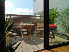 ウッドデッキを付けて、お庭を開放的なリビングへ。バーベキューも楽しめますね。