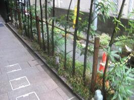 お店の前に植えていた木を撤去処分し、手入れがラクでスペースを取らないフェンスへリフォーム。