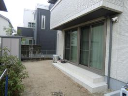 今からお庭にリクシルのガーデンルーム「暖蘭物語(腰壁タイプ)」を施工します。