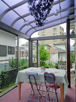 福岡県筑紫郡那珂川町にて、奥様が趣味のお花を楽しむサンルームガーデンを作りました。
