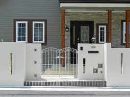 有田焼のタイル、スリット、スルーブロックでデザインした門柱。