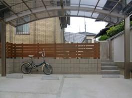 車庫の奥に門まわりとは別に階段を作成。木目調のフェンスがおしゃれですね。