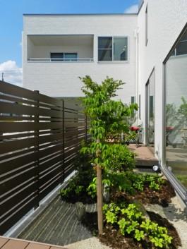 和室から見える風景を美しく演出するフェンス。