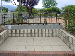 お庭で過ごす愛犬の安全面に配慮して、お庭一面にすき間の狭いフェンスを施工。