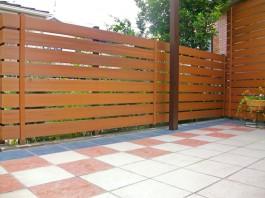 庭にパーゴラ屋根を取り付け、前面にはEウッドスタイルを立てました。
