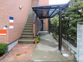 福岡県福岡市南区のアパートにて、駐輪場の屋根としてサイクルポートを施工しました。