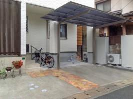 玄関前のアプローチは石を並べて美しく仕上げ、車庫にはカーポートを施工しました。