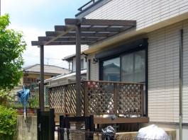 福岡県筑紫郡那珂川町の庭リフォーム工事。パーゴラ屋根とウッドデッキと天然石貼り。