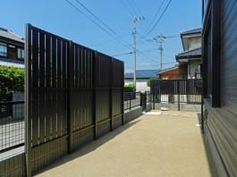 佐賀県の新築外構工事物件です。縦目のフェンスでお庭をしっかり目かくししました。