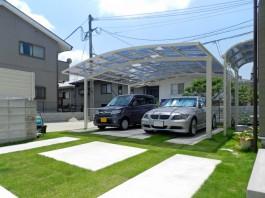 車庫はコンクリートと芝で構成しました。芝が青々として美しいですね。