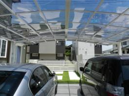 車庫の奥に2台用のワイドカーポートを設置。カーポートから見るとこんな眺めです。