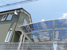 クリアブルーの屋根から透けて見える青空。屋根材は光を通すので、暗くなりませんね。