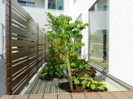 フェンスは窓とほぼ同じ高さで施工。室内をしっかりと目かくししてくれます。