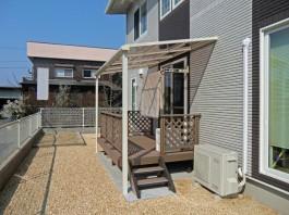 福岡県飯塚市の戸建新築外構工事です。テラス屋根とウッドデッキを施工し洗濯物干場へ。
