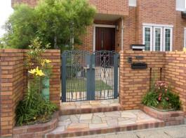 福岡県大野城市の戸建玄関まわり工事です。鋳物の門扉とカラフルなレンガが美しい門柱。
