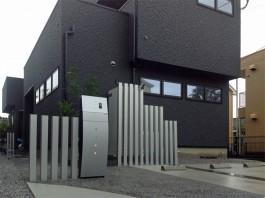 福岡県太宰府市の新築外構工事です。アルミの角柱と機能門柱でスタイリッシュな雰囲気に!