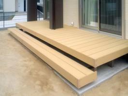 福岡県宗像市の戸建新築外構工事を手掛けた際、お庭にウッドデッキも施工しました。