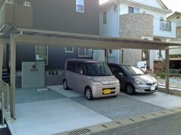 車庫にアーキデュオワイドを施工。車3台分の駐車スペース。