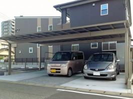 車庫にアーキデュオワイドを施工。屋根の下に3台収納可能。
