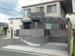 福岡県春日市の戸建新築外構工事。車庫、カーポート、目隠しフェンスを取り付け。