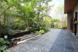 日本庭園風の玄関アプローチです