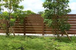近隣にある公園からの目隠しフェンスです