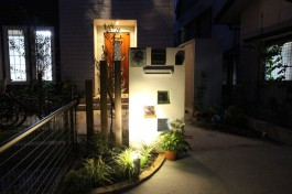 門柱には3色のガラスブロック