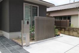 シンプルなデザインの門柱とフェンス