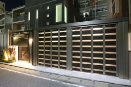 ゲートクローズ状態の車庫(夜)