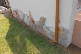 ガーデンルームの腰壁に乱形石を貼っています