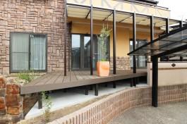 福岡県宗像市A様邸、建物外観にマッチしたデッキ+テラス屋根の施工例です!
