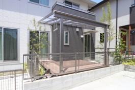 春日市I様邸にて、緑に囲まれたウッドデッキを施工しました