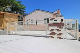糸島市E様邸にて、白いオーバードアを施工しました